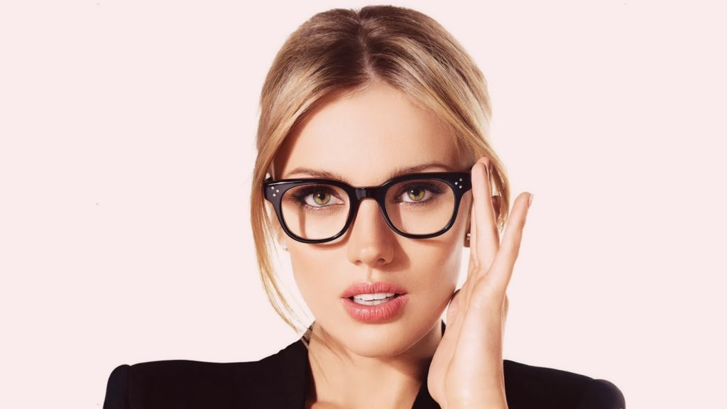 Bar_Paly_with_Eye_Glasses_Wallpaper